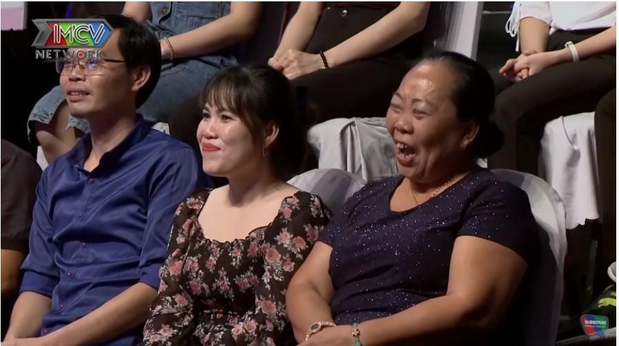 Đến cả mẹ cô gái cũng 'cạn lời' với đứa con của mình mà cười không ngớt.